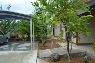 「和」を取り入れた雑木の庭