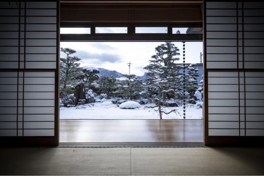 庭を眺めるのが楽しくなる純日本庭園
