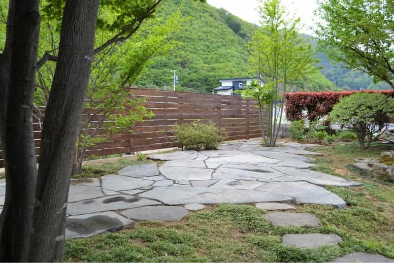 石張りの修復と板塀
