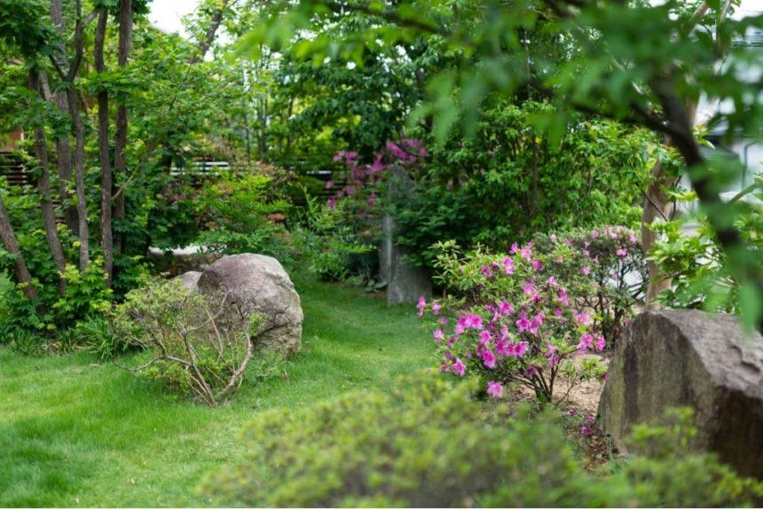 石が好きな施主様の雑木のお庭