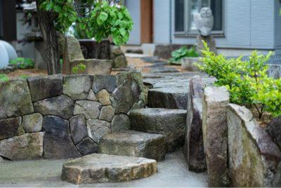 石積み存在感のある和風モダンの庭