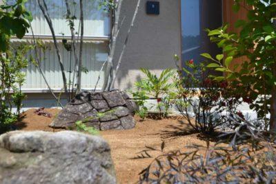 マルバアオダモと木曽石の坪庭