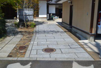 枕木の駐車場を板石に交換
